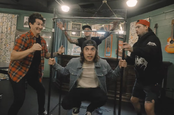 Pierce The Veil neemt je mee op tour in hun nieuwe video